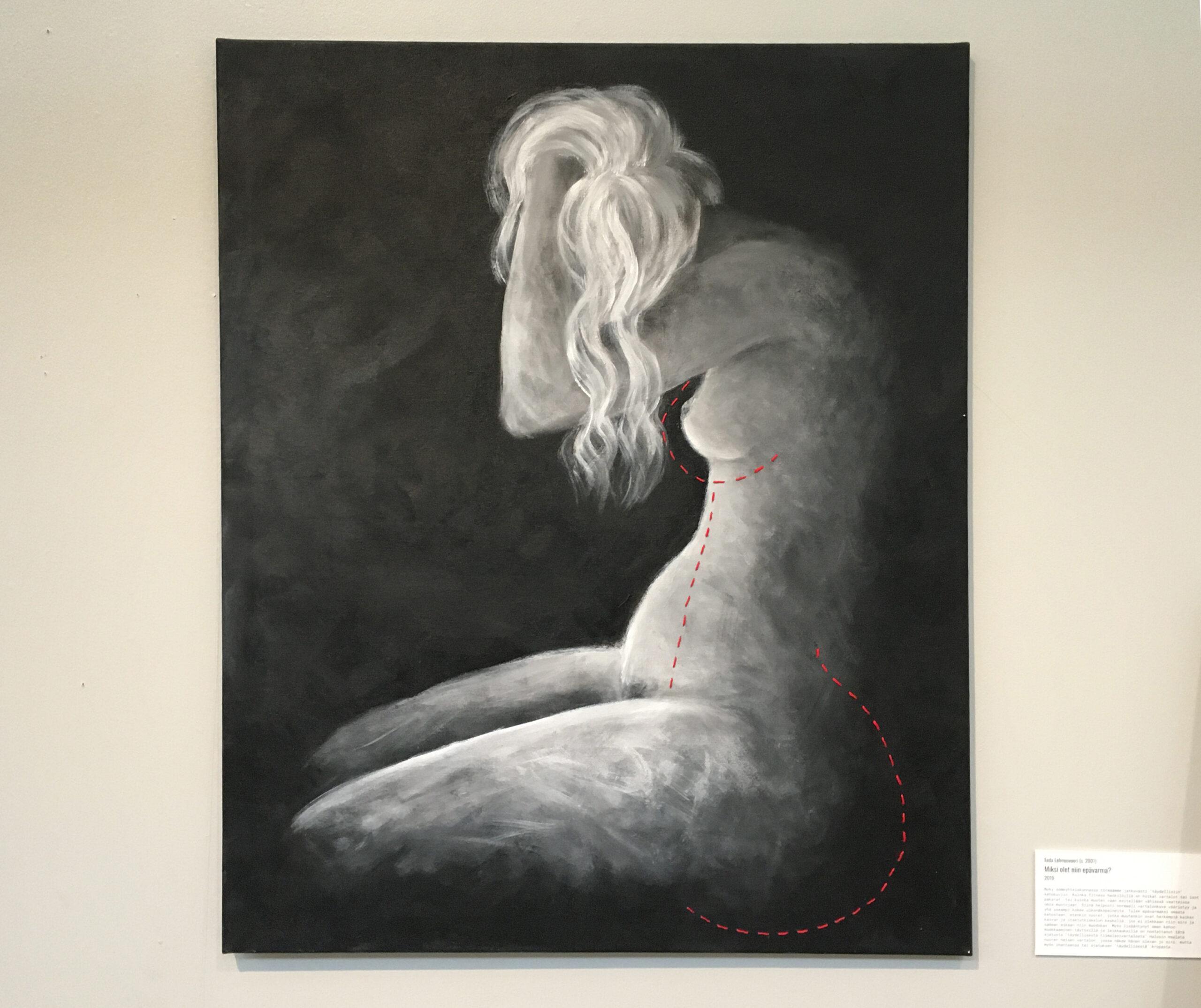 Valokuva teoksesta. Teoksessa naisoletettu henkilö sivulta kuvattuna polvillaan. Henkilö on alaston. Henkilöllä on pitkät hiukset, jotka osaltaan peittävät kasvot. Kasvoja peittää myös henkilön kädet, jotka on nostettu kasvojen eteen. Teos on maalaus, jossa tausta on musta ja henkilö maalattu valkoisen ja harmaan sävyillä. Maalaukseen henkilön vartalon yhteyteen on punaisilla ompeleilla tehty hoikempi vatsa, suurempi takapuoli ja rinnat.