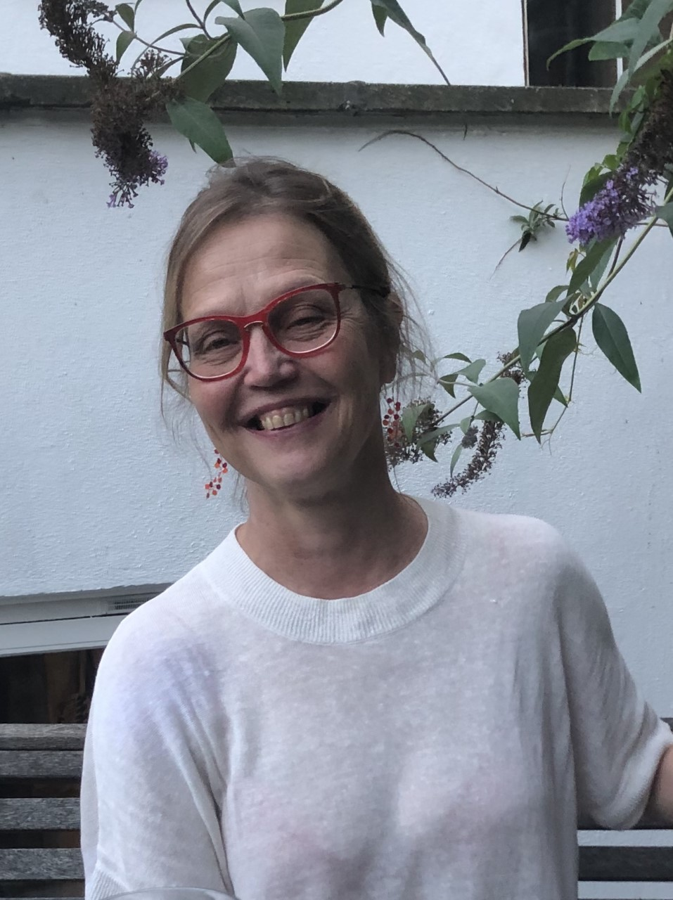 Henkilökuvan henkilö hymyilee kameraa päin