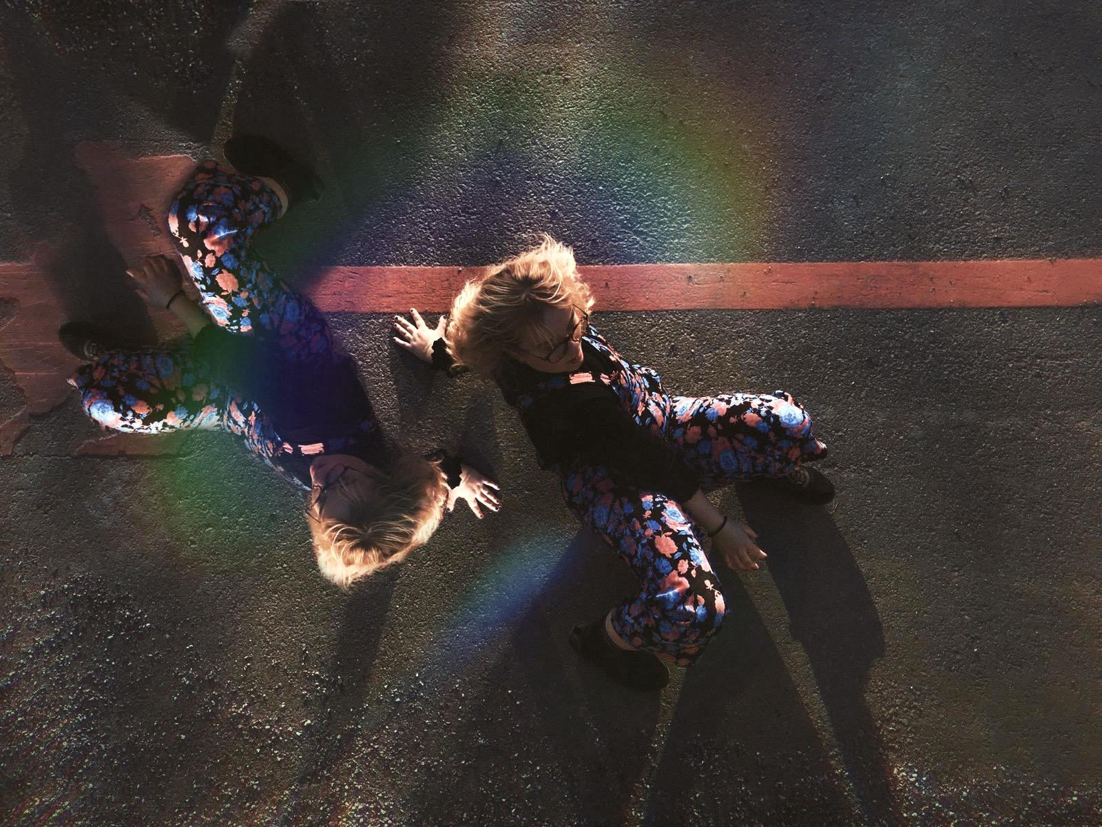 Kaksi tanssijaa asfaltilla.